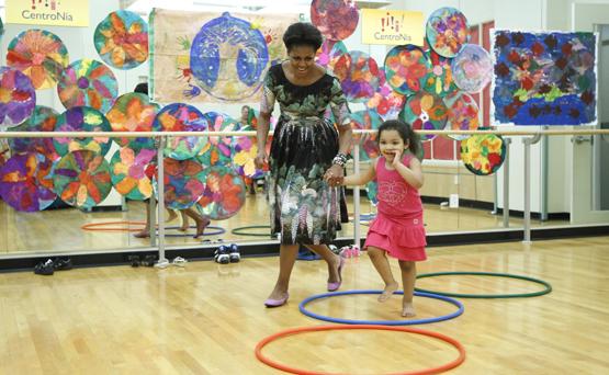 """MICHELLE OBAMA: Antes de ser la primera dama de Estados Unidos, daba de qué hablar por su estilo de vida activo. Ya en la Casa Blanca, estableció un huerto casero y """"Let's Move"""", programa que promovió la buena alimentación, la actividad física y los estilos de vida saludables. (AP Photo/Charles Dharapak)"""