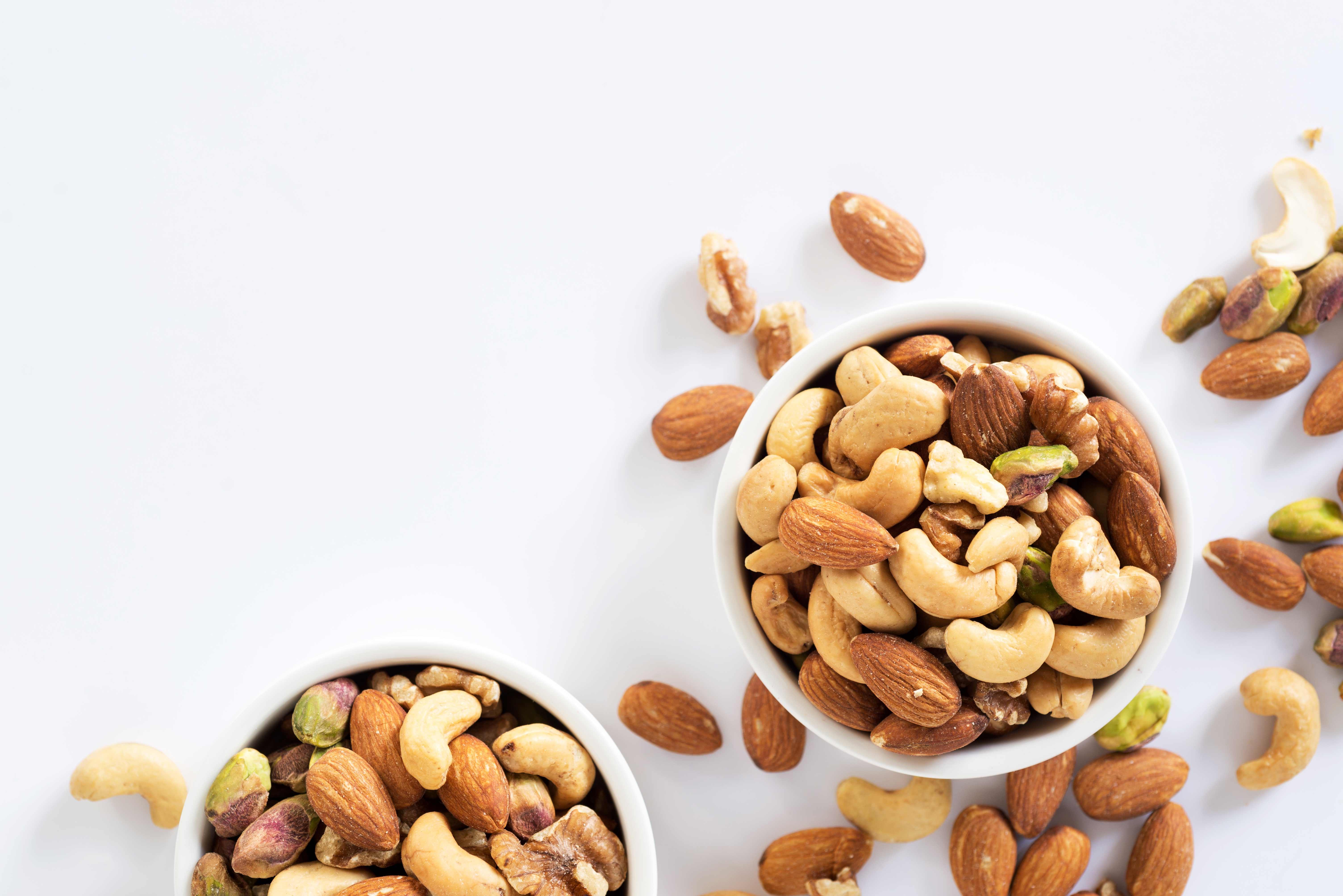 Razón 1: una onza de nueces tiene unas 175 calorías, 5 gramos de proteínas y 16 gramos de grasa, además de vitamina E, magnesio, fósforo, selenio y manganeso.