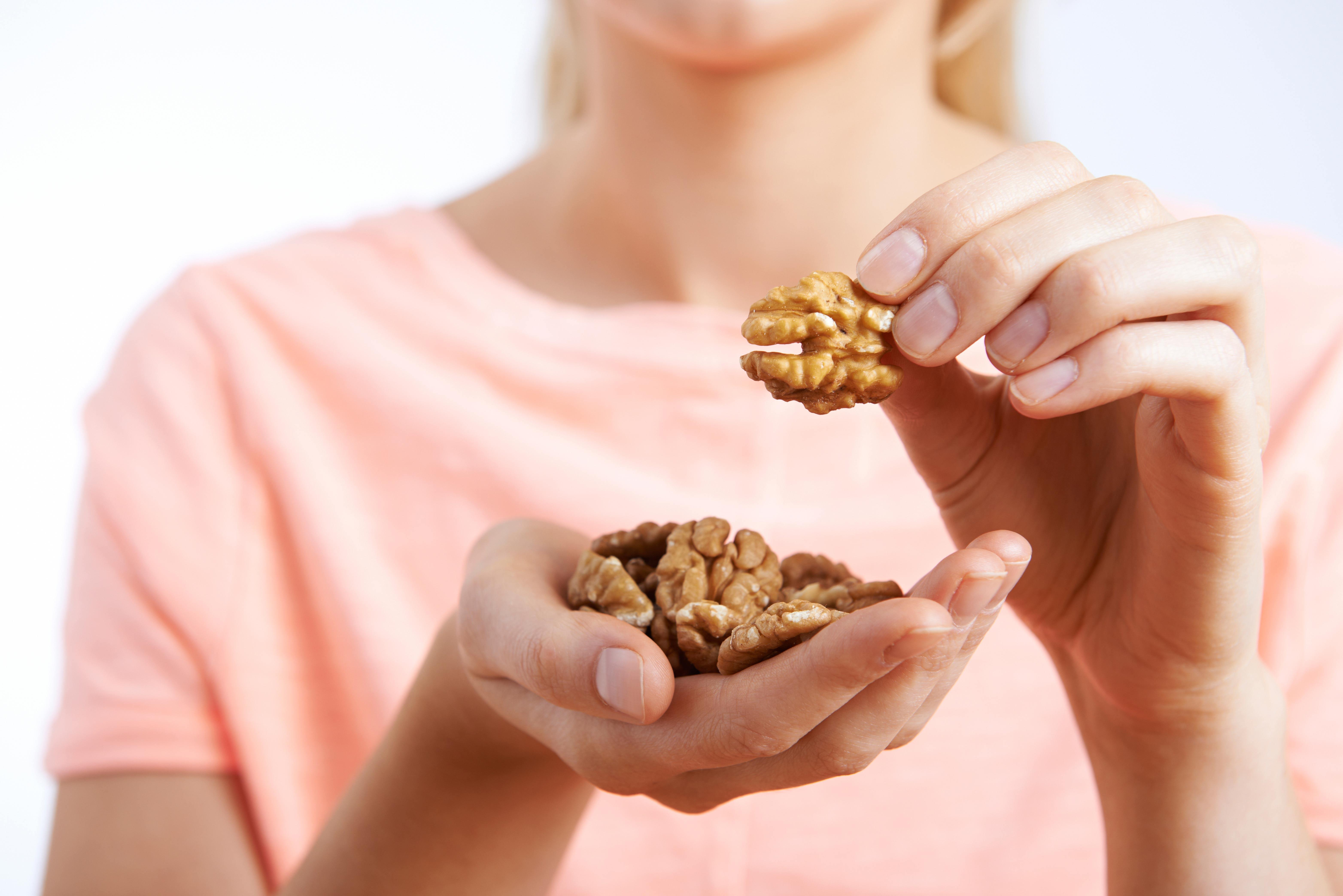 Incorpora nueces a tu dieta diaria y lograrás un estado más saludable.