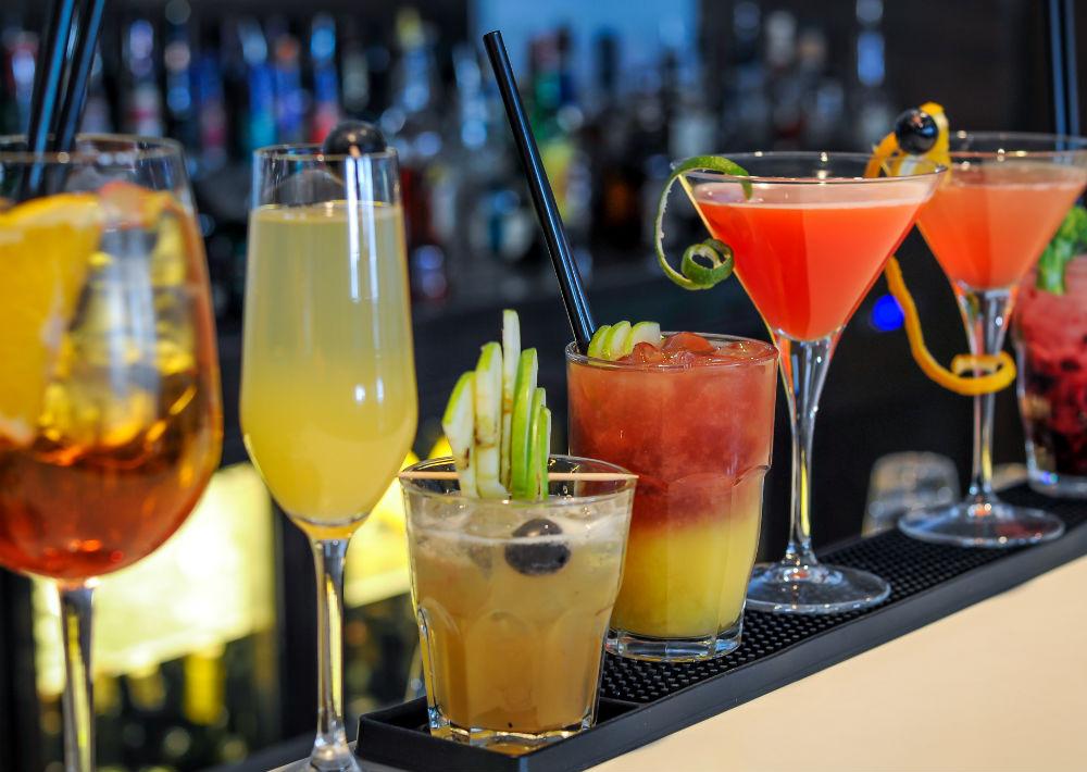 4. Alcohol: La Comisión Federal para la Protección contra Riesgos Sanitarios señala que el alcohol es una sustancia diurética que incrementa la producción de orina hasta el triple del líquido consumido, lo que hace que el cuerpo se deshidrate muy rápido causando un aspecto reseco en la piel. (Shutterstock)