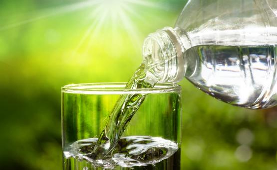 """Bebe mucha agua. Hacer esto y mantenerse hidratado es muy importante. Esto ayuda en la digestión y disminuir los efectos secundarios del estreñimiento y la fatiga. Si el agua es difícil de tomar para el paciente, le puede echar algún tipo de sabor, como de """"berries"""" o limón. (Suministrada)"""