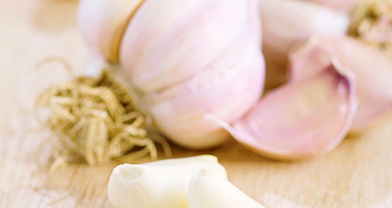 Ajo. ¿Quieres eliminar el acné? Consume ajo y verás cómo este podrá ayudarte a desaparecerlo gracias a sus propiedades antibióticas.