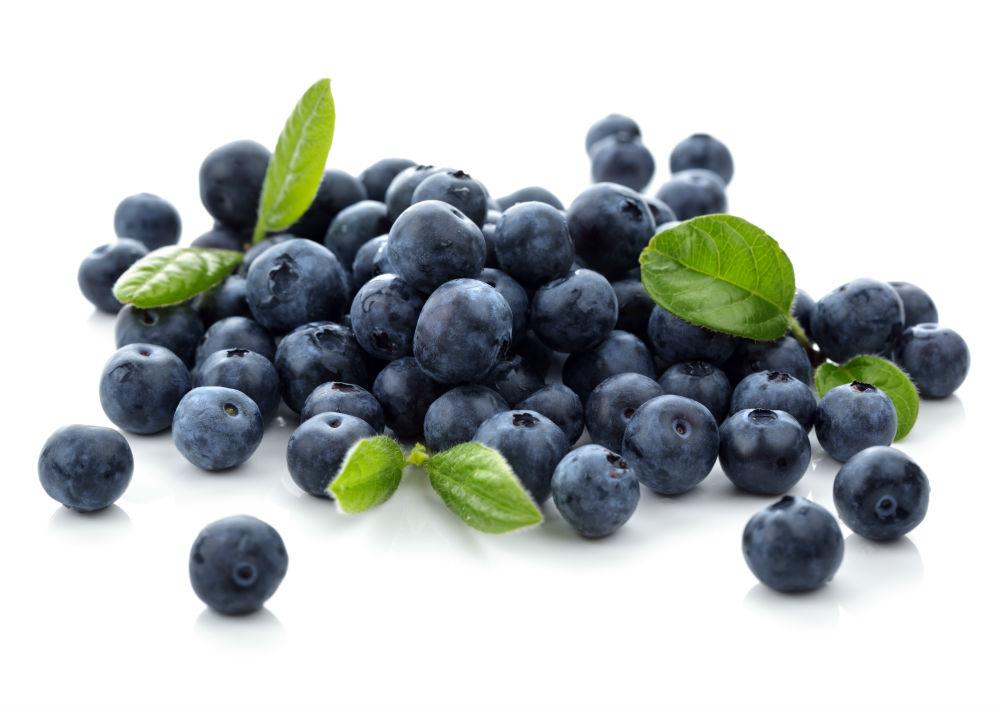 Las 'blueberries' (arándanos), recomendadas por el Departamento de Nutrición de Harvard, son las reinas de los antioxidantes y tienen grandes cantidades de vitaminas C y A, y contienen la fibra que mejora el sistema digestivo. También se conocen como arándanos y son una fruta altamente nutritiva que mantiene sano el cerebro y protege contra las enfermedades cardiovasculares. Cada ración de 100 gramos de este alimento contiene 57.0 calorías, 0.7 g de proteínas, 14.5 g de carbohidratos y 0.3 g de grasa. (Shutterstock)
