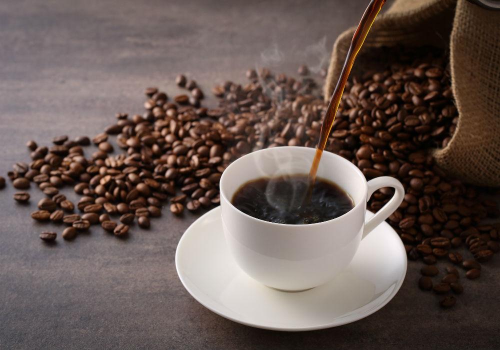 """5. Café: Nuestra experta en nutrición menciona que debido a la cafeína que contiene el café, la piel puede sufrir las consecuencias de la deshidratación. No por ello debes dejar de beber café, pues este efecto únicamente se da en aquellos casos donde se beba café en exceso """"porque actúa como diurético y eso hace que en la piel se vean pequeñas manchitas si no se repone el agua que se pierde"""". (Shutterstock)"""