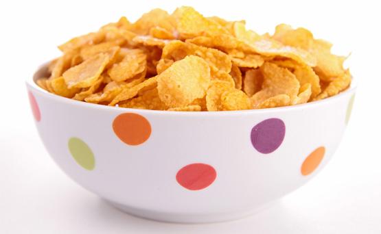 Cereales: Hay múltiples variedades de estos cereales, pero el principal problema radica en aquellos que además de fruta, tienes dulce añadido. Si bien es típico que estas comidas de la mañana contengan aproximadamente 12 gramos por porción, el problema es que la mayoría de las personas llena un tazón entero en lugar de una porción recomendada. Más la leche. (Shutterstock)