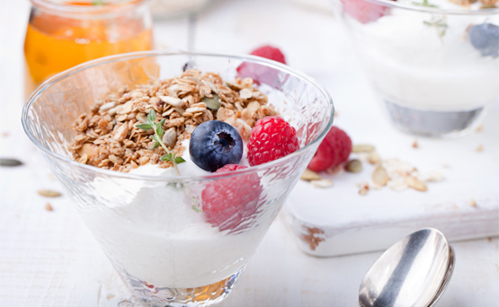 Yogur con cereales: Un vaso de éstos podría contener hasta 380 calorías, 10 g de grasa, 170 mg de sodio y 48 g de azúcar. Por lo general, este tipo de yogur se endulza con jarabe de maíz y granola. (Shutterstock)