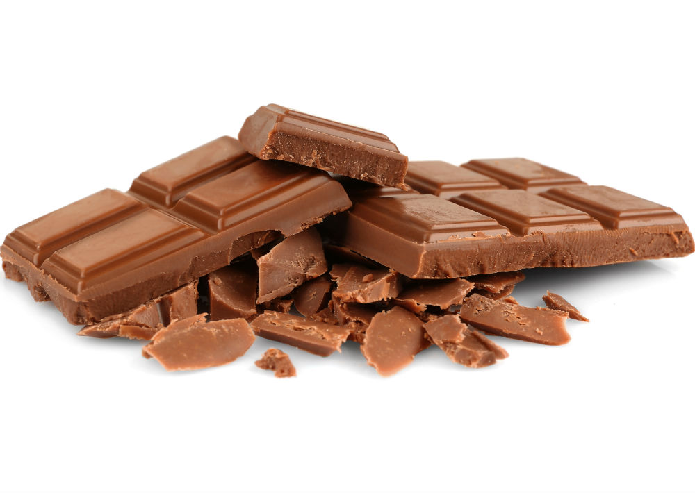 1. Chocolate: La mayoría del chocolate comercial contiene altos valores de azúcar y para eliminarla, el cuerpo hace uso de gran parte del agua que tiene. La experta en nutrición Fernanda Alvarado señala que el chocolate dulce es el que deshidrata la piel, por el contrario, el amargo ayuda a la piel porque tiene antioxidantes. Es mejor asegurarse que sea bajo en azúcares, con alto porcentaje de cacao o cacao puro (70% es lo recomendable). (Shutterstock)