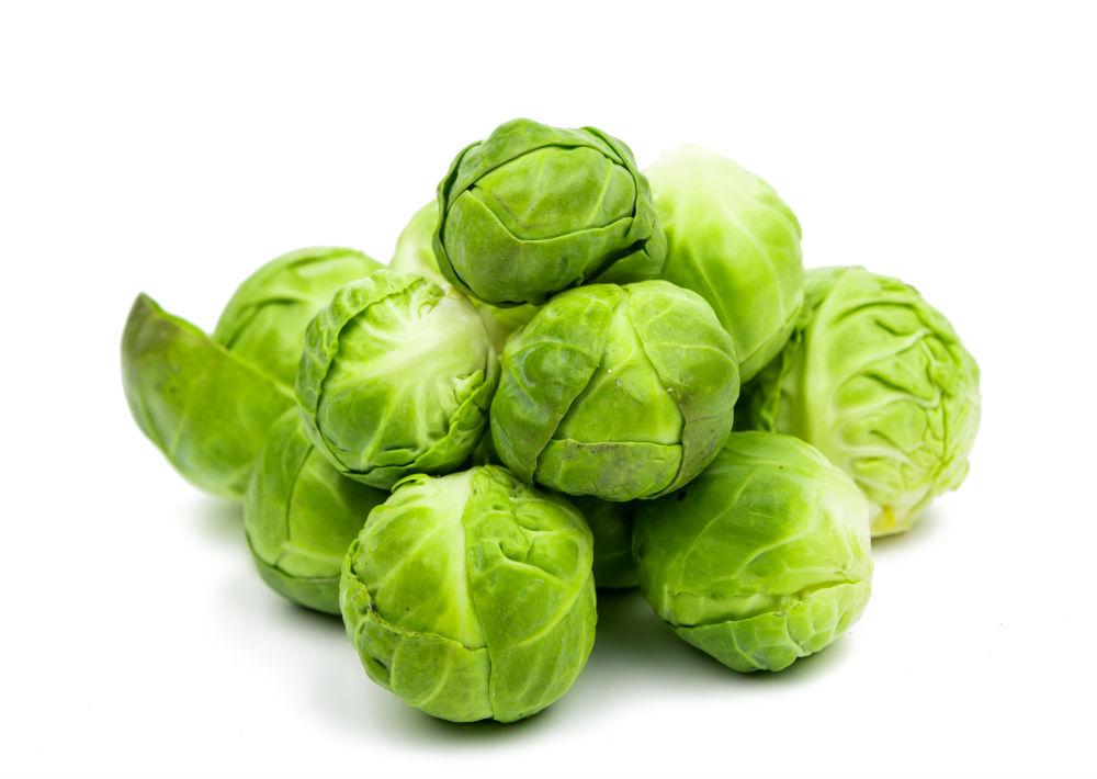 Los coles (repollitas) de Bruselas son vegetales que contienen pocas calorías y alta densidad nutricional, pero altos en contenidos de vitaminas A, C y K, potasio y ácido fólico. Además, son antioxidantes, lo cual ayuda a prevenir el daño celular en el cuerpo.  Este miembro de la familia de vegetales crucíferos (junto con el brócoli, el coliflor, la col y la col rizada ) era cultivado en Italia en los tiempos de los emperadores romanos y recibió su nombre por la ciudad de Bruselas (Bélgica), donde tuvo su primera aparición en las mesas de la alta sociedad. Una taza de repollas de Bruselas cocidas contiene menos de 56 calorías, pero está cargada con más del 240 por ciento de la cantidad diaria recomendada de vitamina K1 y casi 130 por ciento de los requerimientos de vitamina C. Son, además, una buena fuente de fibra, manganeso, potasio y vitamina B. (Shutterstock)