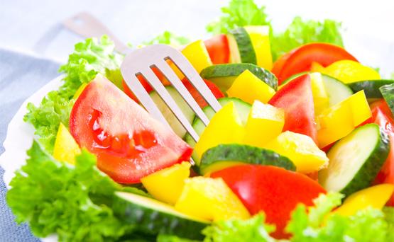 Ensalada caribeña: Hay ensaladas, como esta, que contienen hasta 66 g de azúcar debido a que están elaboradas con frutas dulces como piña, arándanos secos y mandarinas. Además, se completa con aderezo de miel. (Shutterstock)