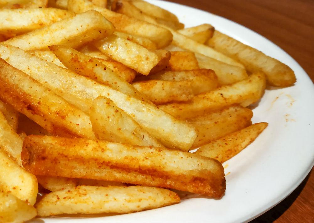 2. Comida frita: Algunos de los alimentos fritos, como las papas, contienen mucha sal que al absorberse en la sangre produce deshidratación y resequedad en la piel. (Shutterstock)