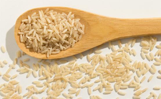 Grano integral. Comer granos integrales, como la avena, la quinoa, el arroz integral, ofrecen mucha fibra e importantes vitaminas como el hierro y el magnesio, entre otros. (Shutterstock.com)