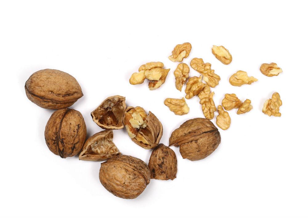 Para Harvard, las nueces ofrecen una buena dosis de grasas sanas, proteínas y vitamina E. Recomiendan las nueces típicas, almendras e incluso los pistachos; aunque aconsejan no excederse y sugieren que la cantidad equivalente a un puño de la mano al día es suficiente. Las nueces son el fruto seco con una mayor cantidad de ácidos grasos Omega-3 de origen vegetal, que ayudan a reducir el colesterol y contienen grasas y minerales que permiten controlar los niveles de presión arterial y contribuyen a prevenir enfermedades cardiovasculares. Contienen ácidos grasos omega 3 y omega 6, proteína vegetal, fibra, magnesio, fósforo y vitamina B6. (Shutterstock)