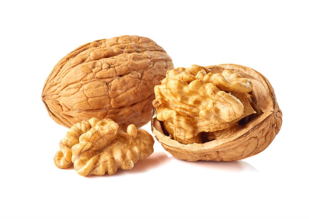 Nueces: Si alguien te ha dicho que estas semillas engordan por sus altos niveles de grasa, no lo creas. Este fruto seco tiene propiedades sorprendentes y es rico en Omega 3. De acuerdo con un estudio, sus aceites ayudan a que la grasa acumulada sea removida, además, estabiliza los niveles de serotonina y reduce los niveles de grasa en la sangre. Puedes elegir consumirlas cuando te de hambre entre comidas y la cantidad, un puñado.