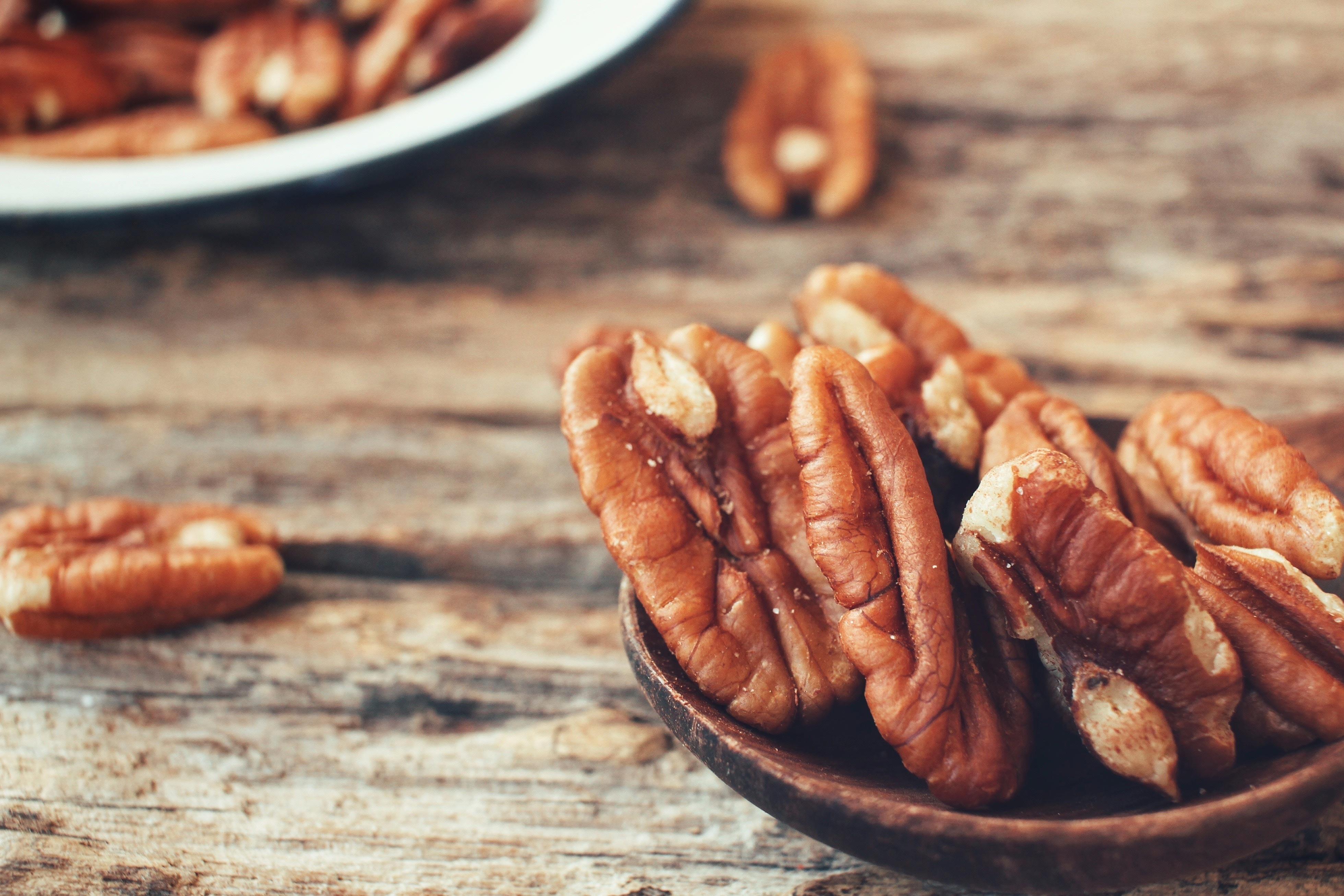 Razón 6: dormirás mejor si comes nueces porque aportan triptófano, magnesio y vitamina B6 que favorecen el estado de relajación.