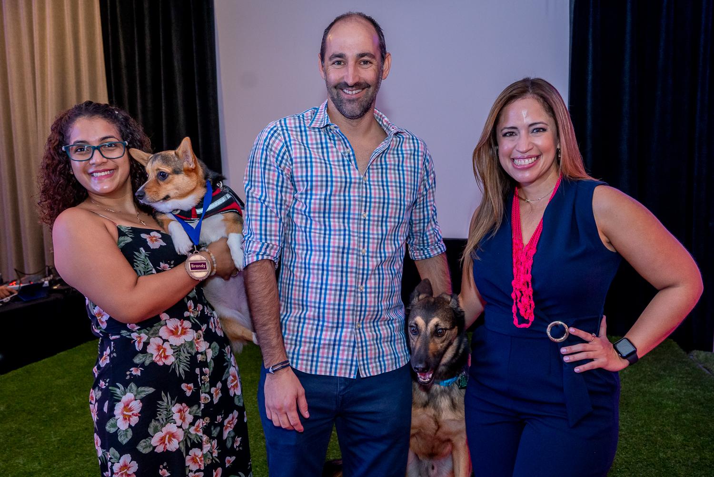 Keychla Padilla con Brandy, Ricky Newman, gerente general del Hotel Verdanza, con Draco y Yina Cruz, gerente de ventas y mercadeo de Eukanuba. (Suministrada)