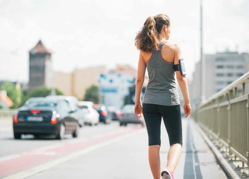 Actividad física diaria. Es el complemento indispensable a una buena alimentación. Si no tienes tiempo o ganas de ir al gimnasio, puedes caminar al menos media hora todos los días. Si usas transporte público, un buen truco es bajarte del tren o de del autobús una parada antes de la tuya habitual y continuar el último tramo caminando.