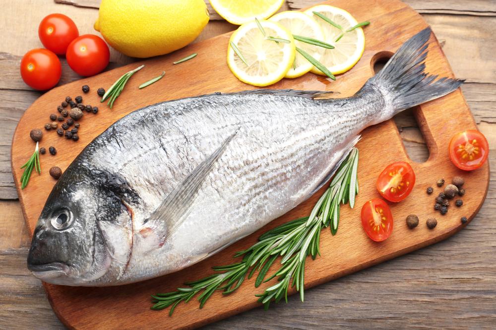 Mejor pescado que carne. Y cuando comas productos cárnicos, retira toda la grasa visible antes de cocinarlos.