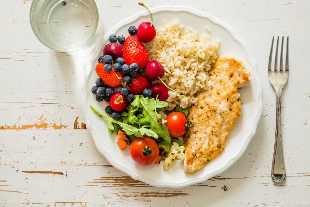 Reduce las raciones. Procura que la mitad de tu plato lo ocupen verduras y hortalizas, un cuarto los hidratos y otro cuarto los alimentos proteicos.