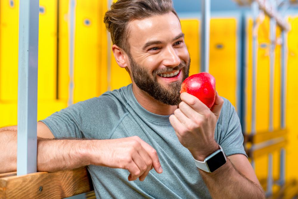 Come verduras a diario. Al menos, una ración fresca (ensalada, por ejemplo) y otra cocinada (cocida, plancha…). Para evitar la digestión pesada en la noche es preferible consumir la ración fresca en la comida y dejar la cocinada para la cena. Toma tres o cuatro piezas de fruta al día, mejor enteras que en zumo, ya que consumirás menos calorías y menos azúcar gracias a la fibra que contienen.