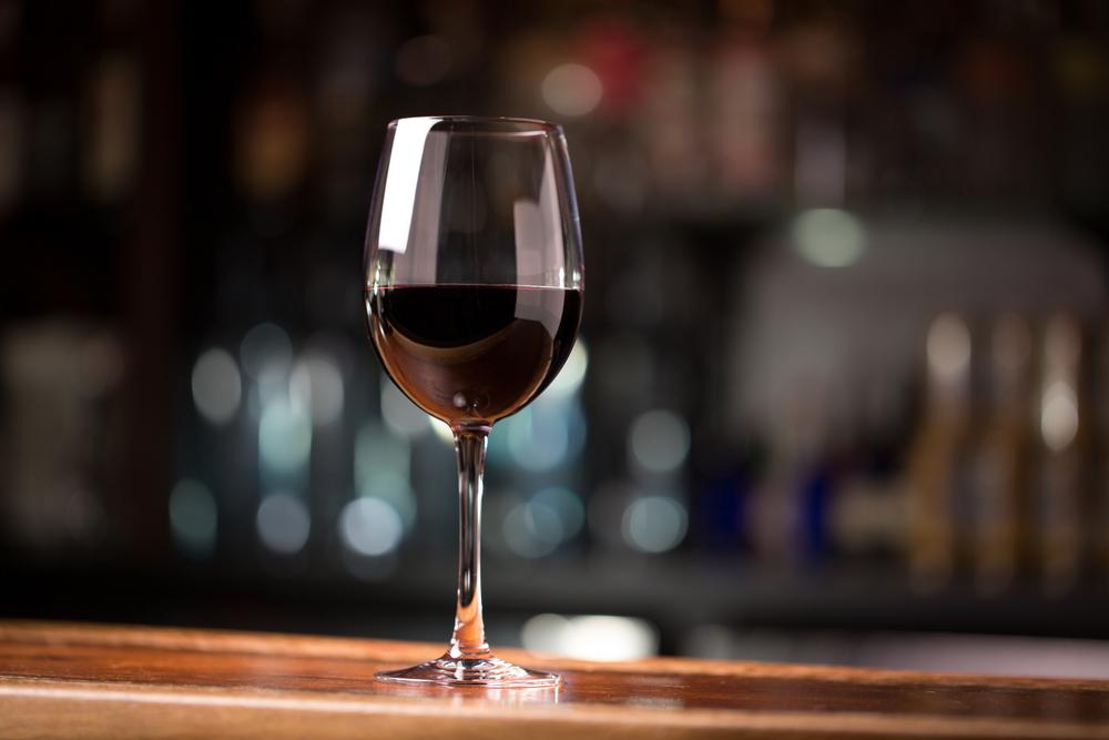 Huye del alcohol. Evítalo entre semana y en las comidas bebe solo agua. Si quieres darte un capricho el fin de semana, inténtalo con cerveza sin alcohol o, como máximo, una copa de vino en una de las comidas del sábado o del domingo. Los alcoholes de alta graduación, descartados.