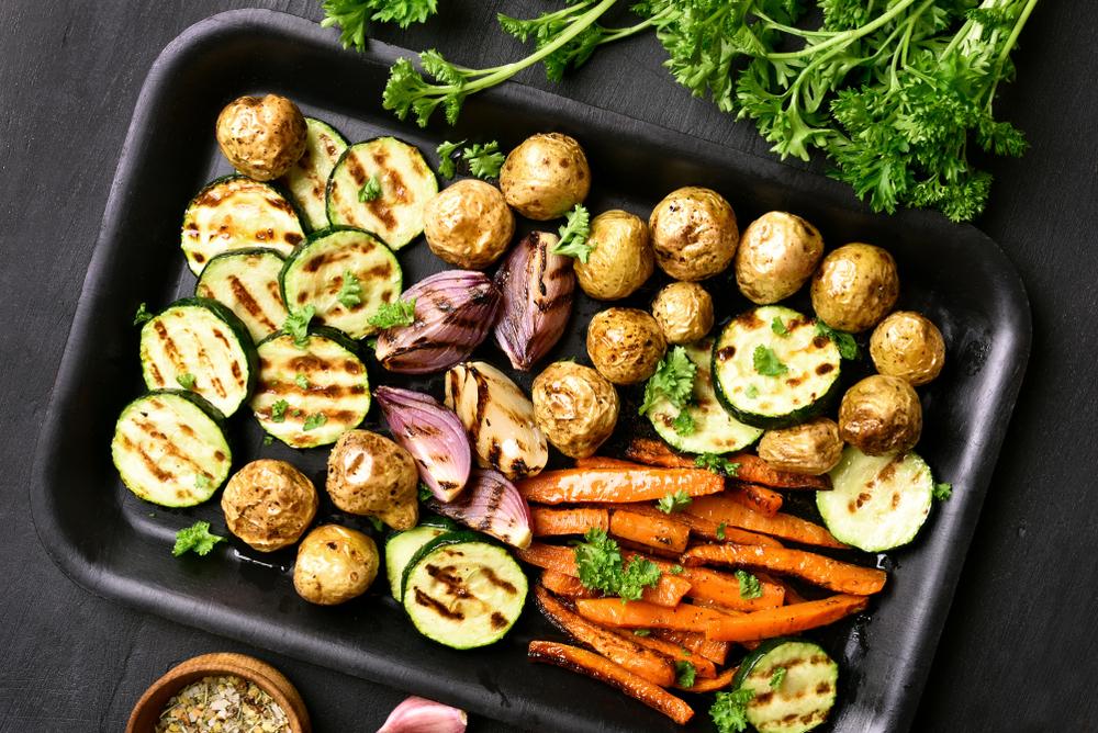 Evita las salsas, los fritos y los rebozados. Procura cocinar a la plancha, al horno, al vapor o alimentos cocidos. Aunque el aceite de oliva es sano, tiene muchas calorías, así que no tomes más de dos o tres cucharadas soperas al día.