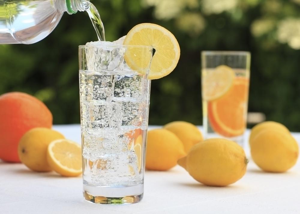 Agua mineral: es una bebida libre de calorías por lo que puede ser una opción para los amantes de las burbujas. Sin embargo, no es recomendada para personas que buscan perder peso pues de acuerdo a un reciente estudio, el gas en las bebidas estimula la hormona del apetito, lo que nos puede llevar a comer de más.