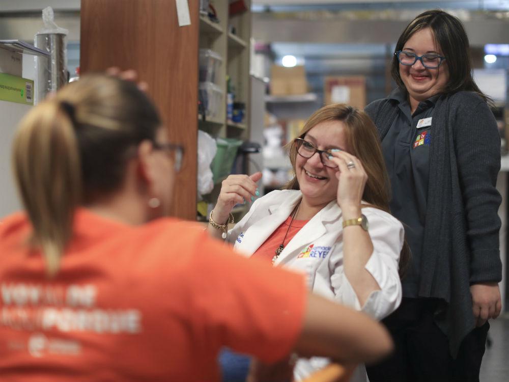 Uno de los principales obstáculos de la Fundación a la hora de buscarles empleo a los jóvenes es el miedo a lo desconocido y a la discapacidad en sí. En la foto, Tamara comparte con la propietaria de la farmacia Julissa Reyes. (teresa.canino@gfrmedia.com)