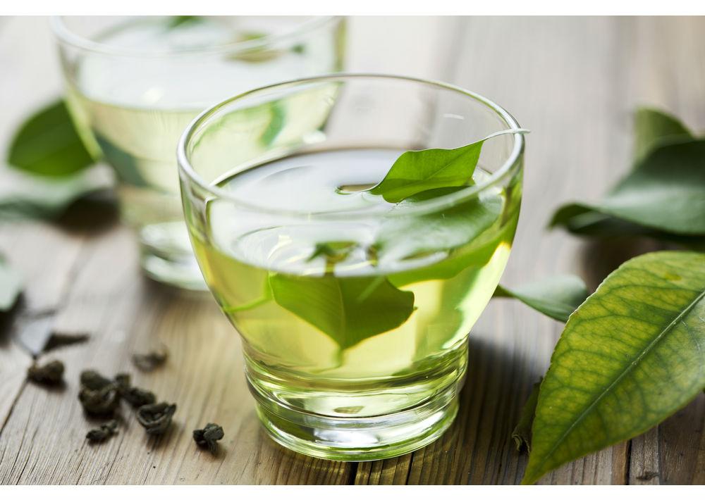 Té verde: Después del agua natural, el té verde es considerada la bebida más saludable del planeta. Ha mostrado tener actividad antidiabética, antibacteriana, antiinflamatoria, antiobesidad y anticancerígena. Un dato: Los bebedores de té verde tienen hasta 3% menos de riesgo de enfermedad cardiovascular.