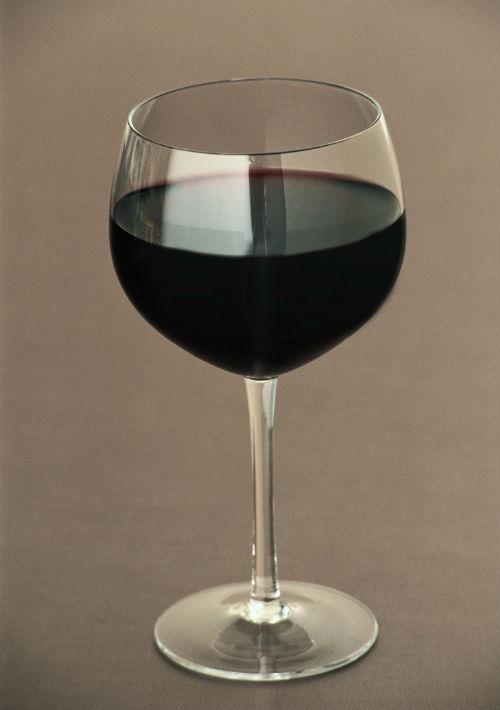 Vino tinto: por su contenido de resveratrol y otros antioxidantes, mejora la resistencia a la insulina. (Archivo)