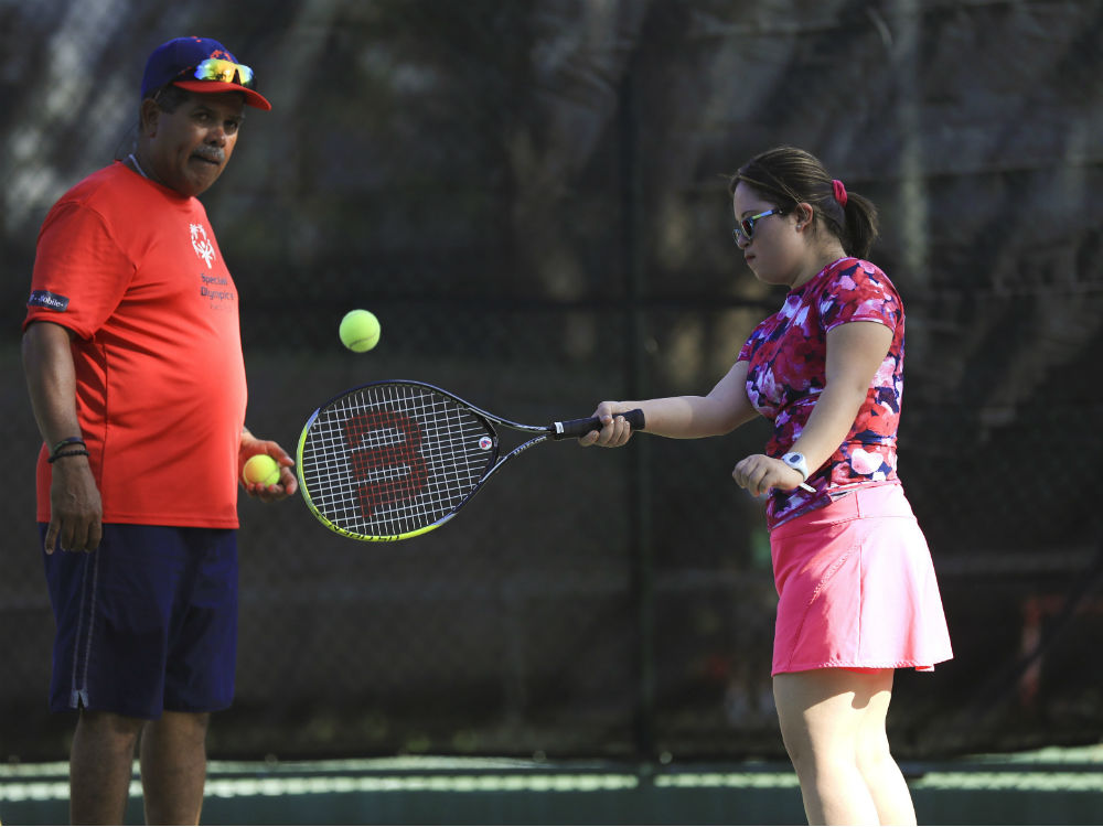 Además de trabajar en la Farmacia Reyes, Tamara pinta, juega tenis y baila bomba. (teresa.canino@gfrmedia.com)