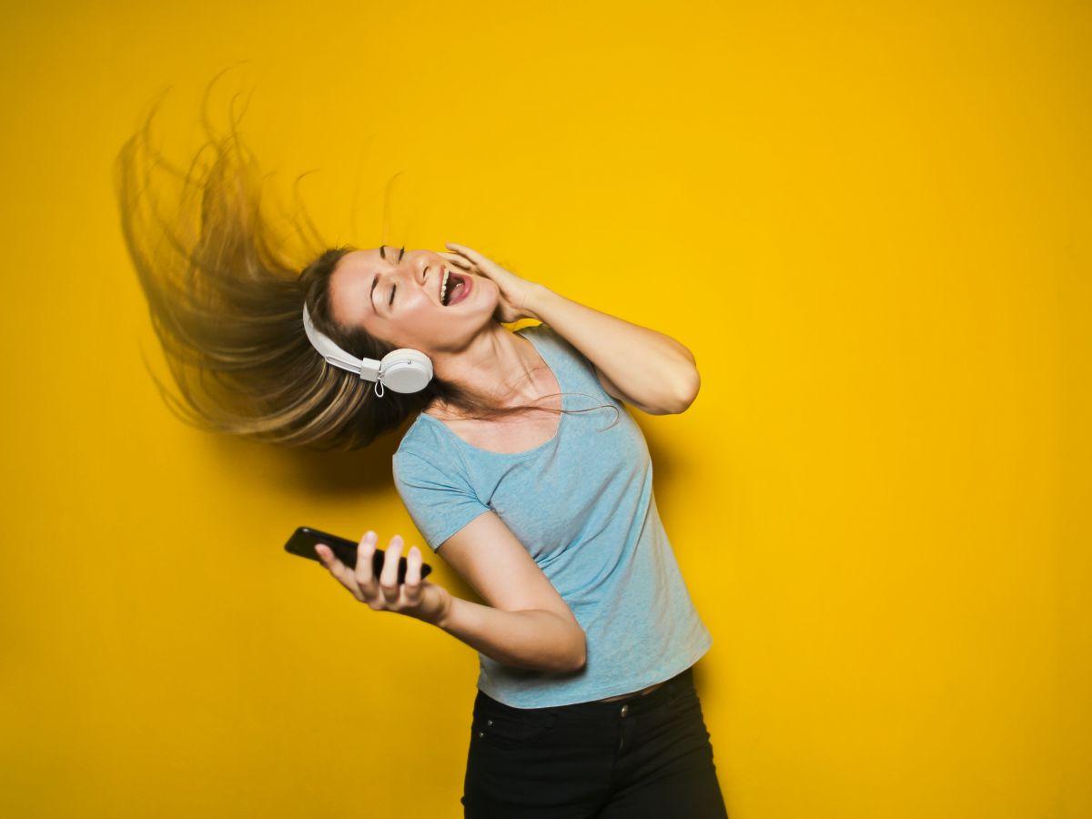 Los millennials ponen en riesgo sus oídos, advierte la OMS