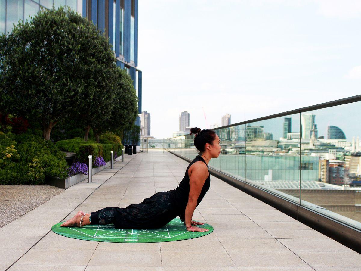 Las personas con osteoporosis deben evitar ciertas poses de yoga para la columna