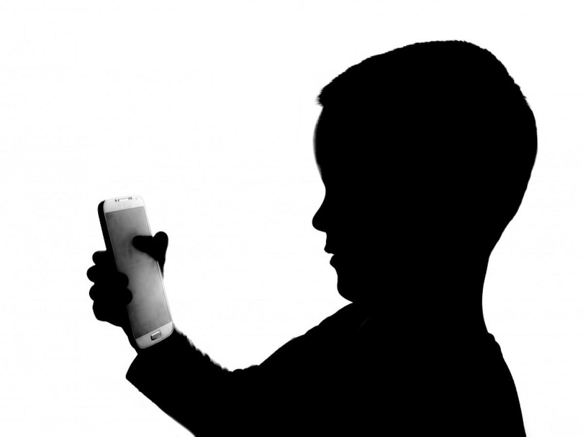 Lo que les puede pasar a los ojos de los niños adictos al celular