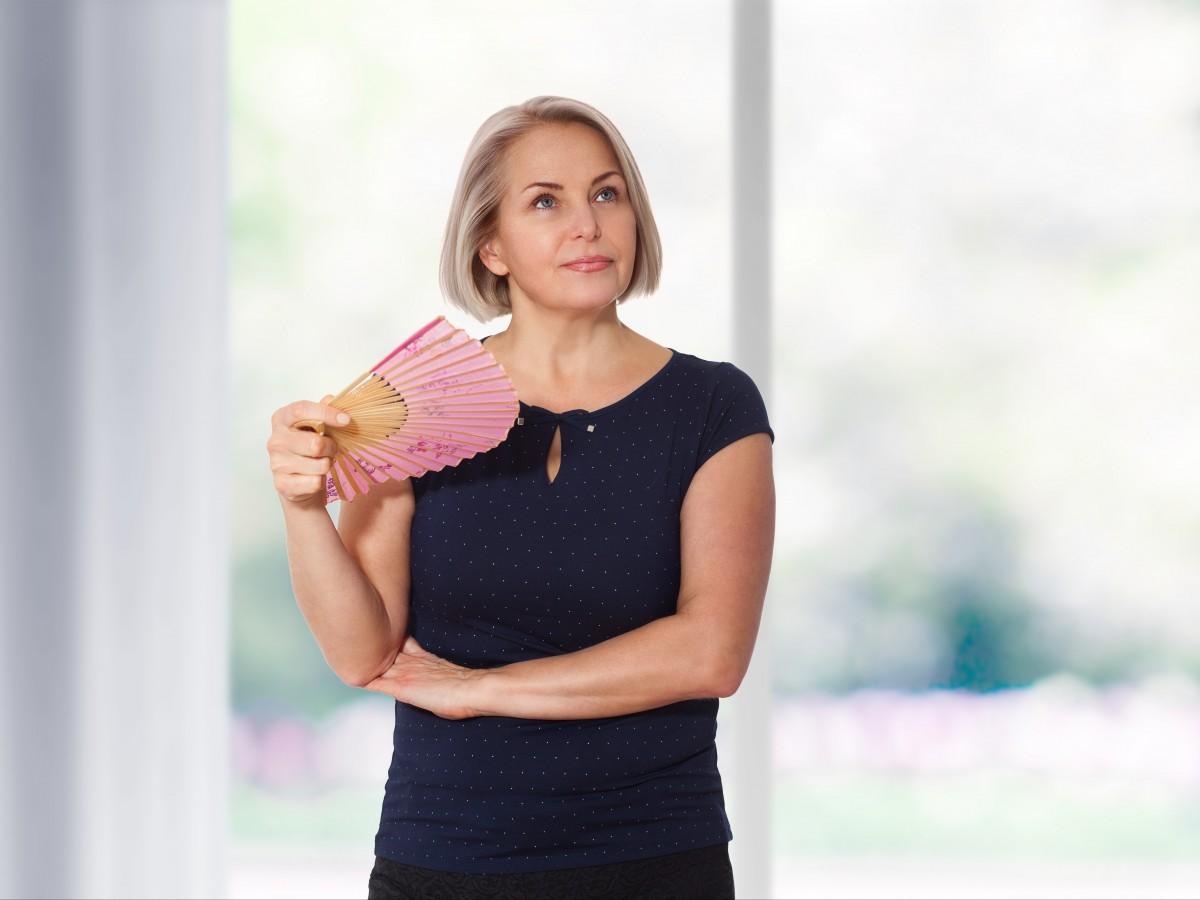 ¿Pueden tratarse los sofocos y los sudores nocturnos sin hormonas?