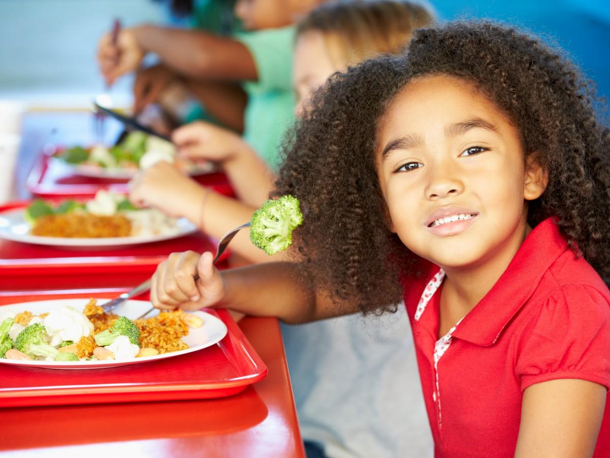 Conoce cuántas calorías deben comer los niños
