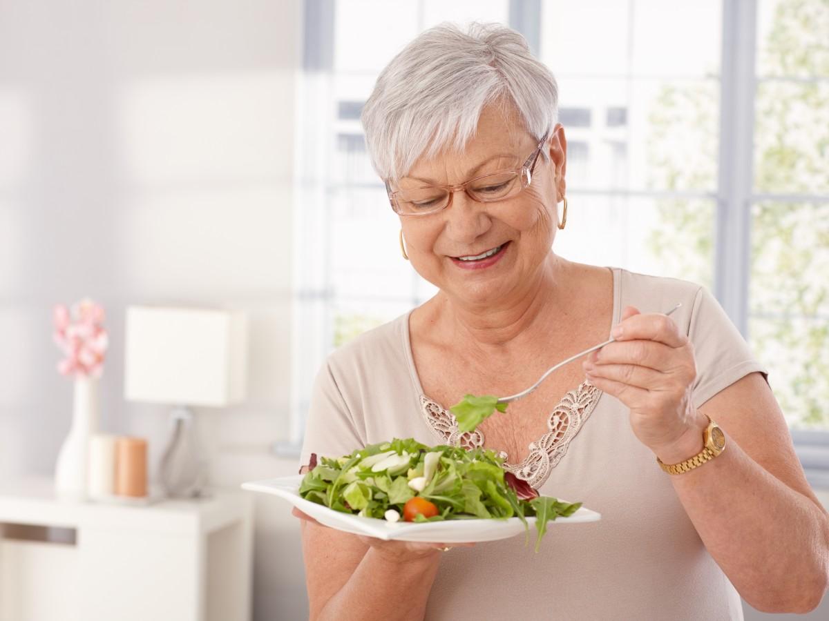 Mantener rutinas y contacto social reduce el impacto del encierro en los adultos mayores