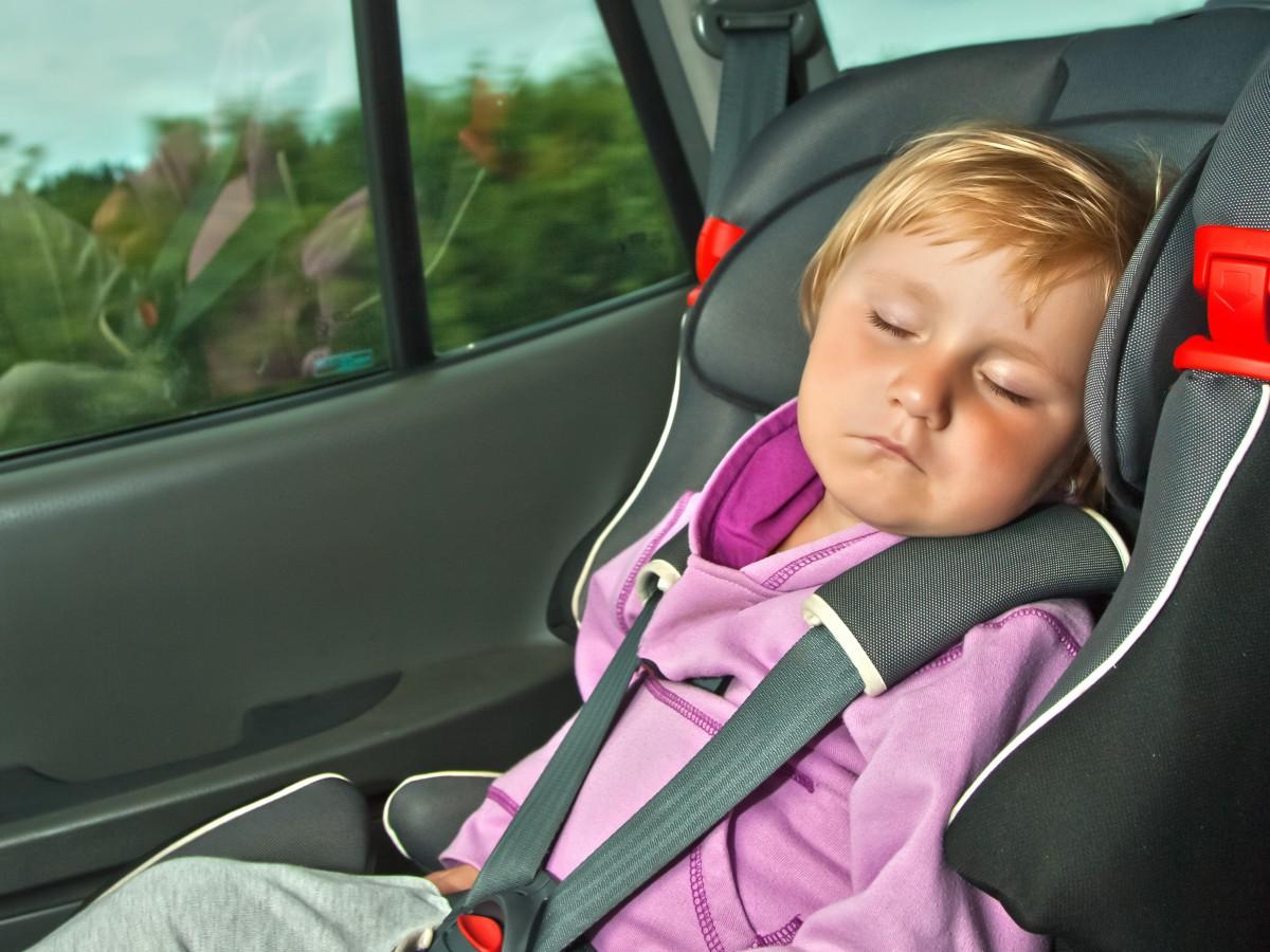 ¿Por qué deben los niños viajar en asiento protector?