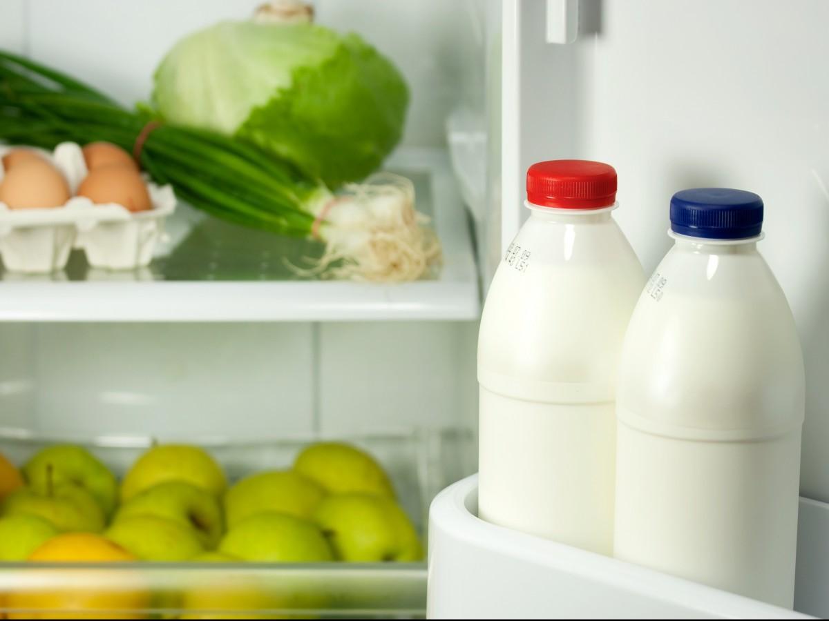 Por qué no se debe guardar la leche en la puerta de la nevera
