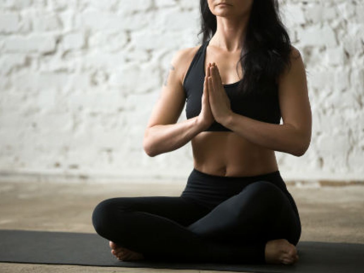 4 posturas de yoga para reducir las molestias asociadas a la menopausia