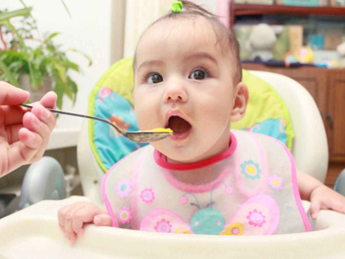 Los bebés que comen sólidos antes tienen menos problemas para dormir