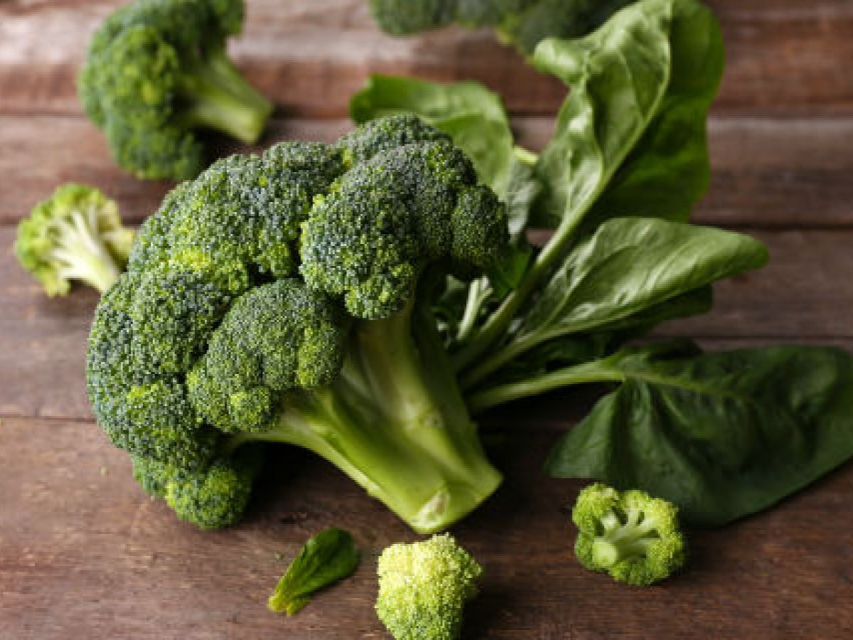 Aconsejan consumir hojas verdes y frutos secos a las mujeres en edad fértil