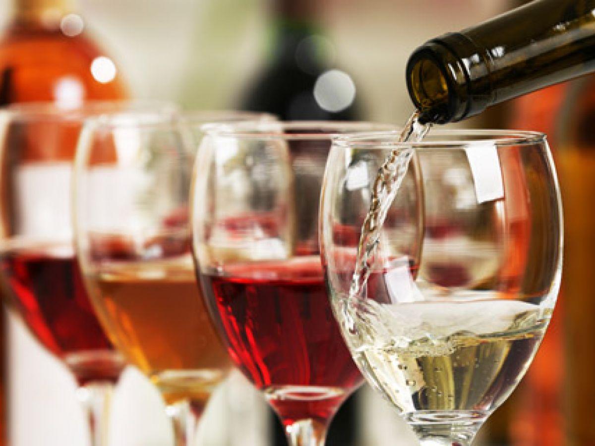 La expectativa de tomar un vino caro hace que su sabor mejore