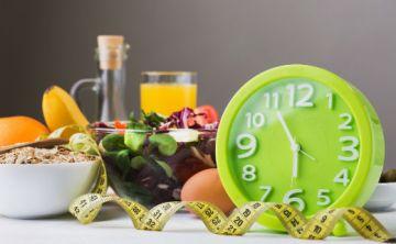 Cómo el horario en el que comes afecta tu peso