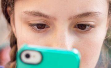 Mal uso del celular podría provocar problemas en la vista