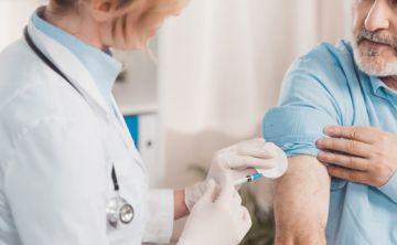 Las vacunas que los adultos deberían reforzar o incorporar en distintas etapas de su vida