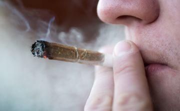 Uso de drogas inhaladas o fumadas puede provocar neumonitis química