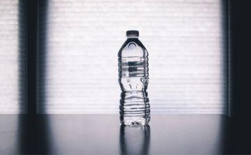 En condiciones adversas, el agua embotellada dura un máximo de dos días