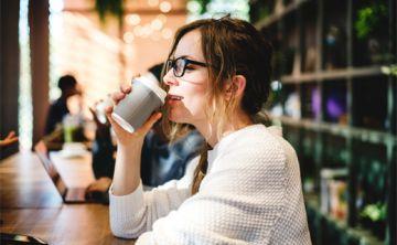 ¿Cómo saber si está tomando demasiada cafeína?