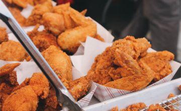 Comer pollo frito aumenta riesgo de muerte en mujeres de entre 50 y 65 años