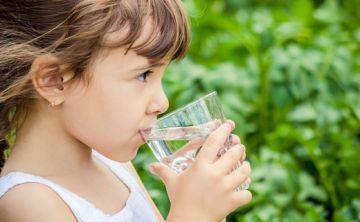 Es mejor el agua: niños que beben jugo de frutas al desayuno tienen mayor riesgo de sobrepeso